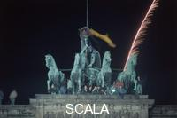 ******** St. Silvester (31.12) 1989: hundreds of youth celebrate the fall of the Berlin Wall at under the Quadriga on the Brandenburger Gate
