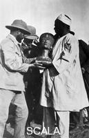 ******** Presentation of Nefertiti bust in the place of its finding (Amarna, Prof. H. Ranke Supervising the excavation, 06.12.1912, on the occasion of a visit of Prince Johann Georg of Saxony with Pricess Mathilde).
