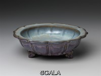 ******** Flower basin with six-petalled foliate rim and copper red and robin's egg blue glazes. around 1400.